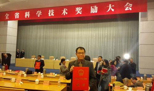 王伟明教授在颁奖现场.jpg